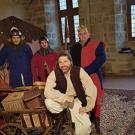 """Les 5 comédiens de la Compagnie Les Arlequins costumés pour la farce médiévale """"Le Vilain Mire"""""""