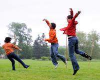 3 danseurs en plein saut