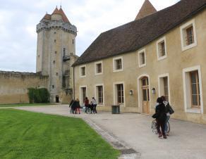 Des personnes en situation de handicap moteur visitent le château