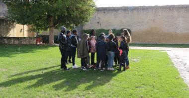 Des élèves de primaire suivent une visite guidée