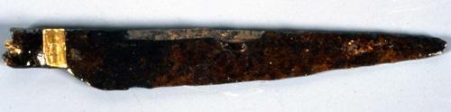 Manche et lame de couteaux trouvés dans les latrines