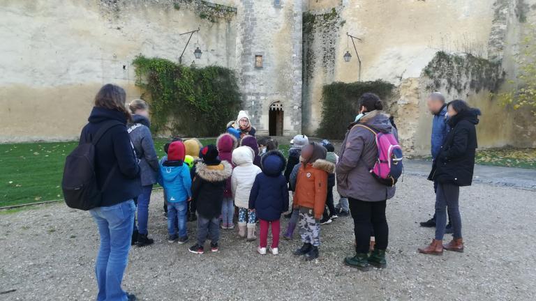 Des élèves de maternelle suivent une visite guidée du château