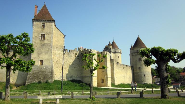 Vue sur l'entrée du château et la tour carrée