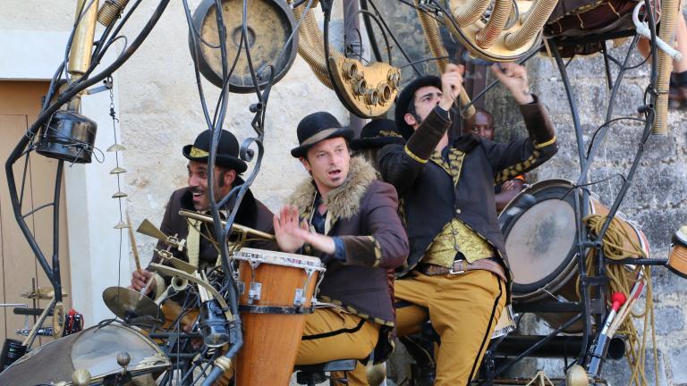 Musiciens sur un char de percussions