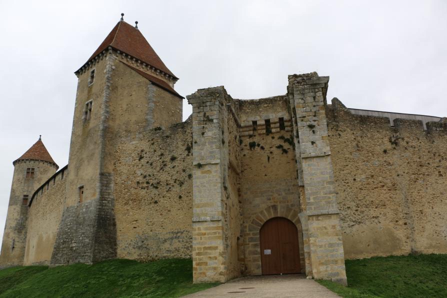 L'entrée du château avec les grandes portes en boisfermées
