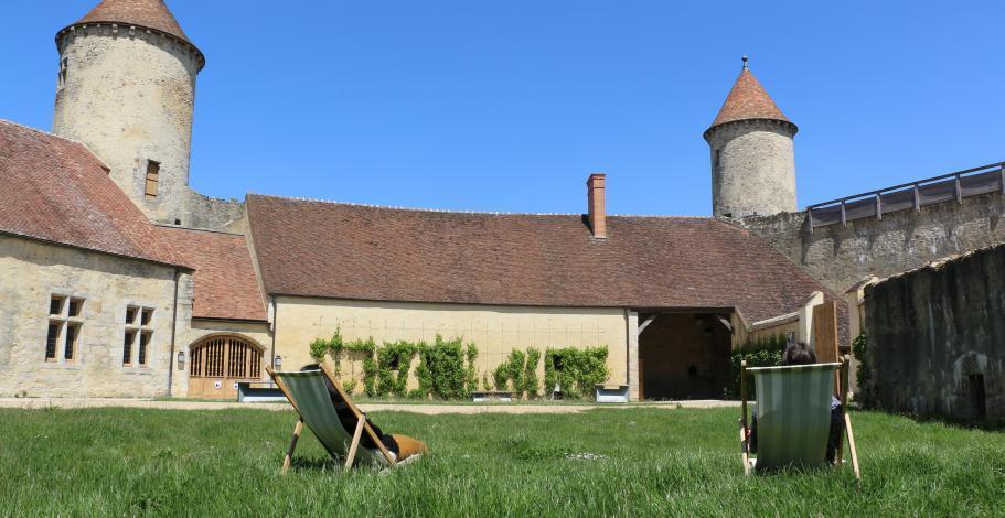 Vue depuis de la cour du château avec la tour Nord et la tour de justice
